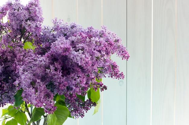 Trois Bouquets De Lilas Dans Des Vases Transparents Ronds Près De La Fenêtre Photo Premium