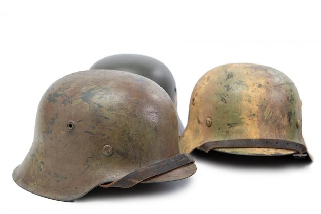 Trois casques militaires allemands sur fond blanc (stahlhelm) Photo Premium