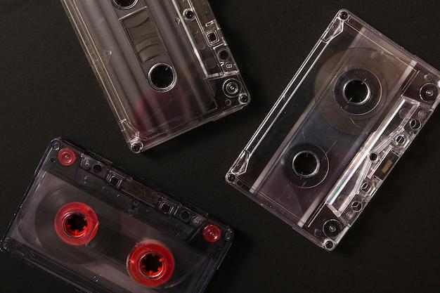 Trois cassettes audio sur fond noir Photo gratuit