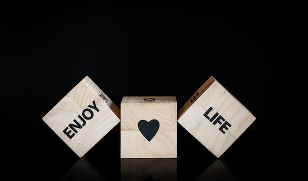 Trois cubes en bois - profitez de la vie Photo Premium