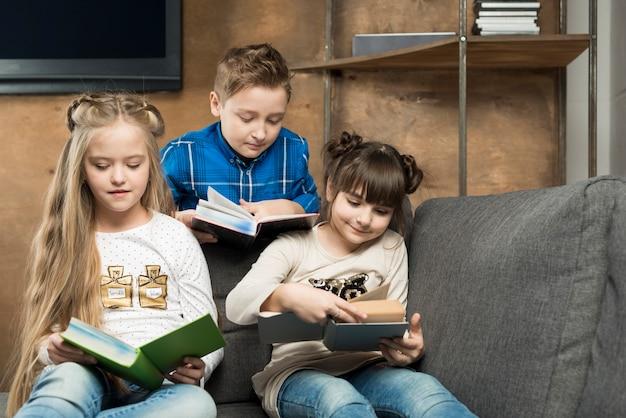 Trois enfants qui lisent Photo gratuit