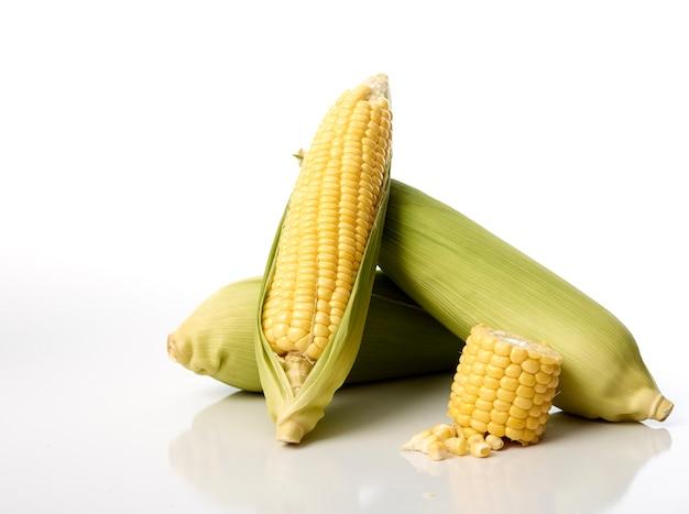Trois épis de maïs avec des coques Photo Premium