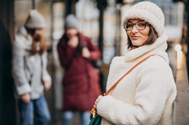 Trois étudiants En Tenue D'hiver Dans La Rue Photo gratuit