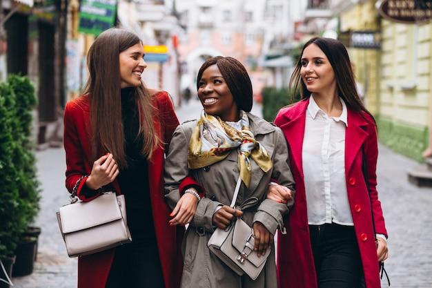 Trois femmes multiculturelles dans la rue Photo gratuit