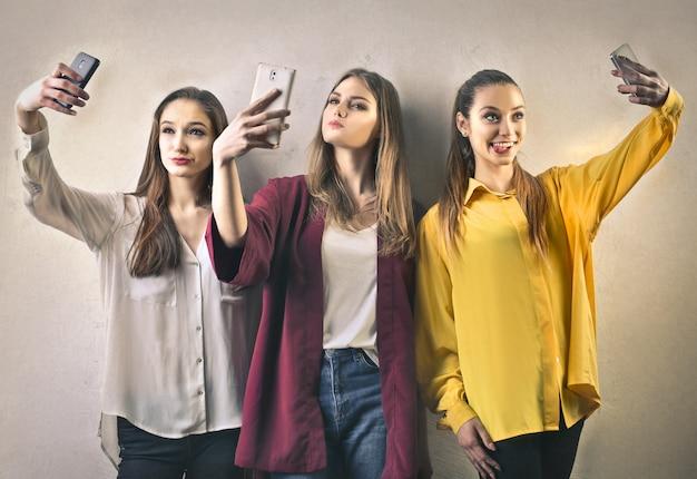 Trois Fille Prend Un Selfie Photo Premium