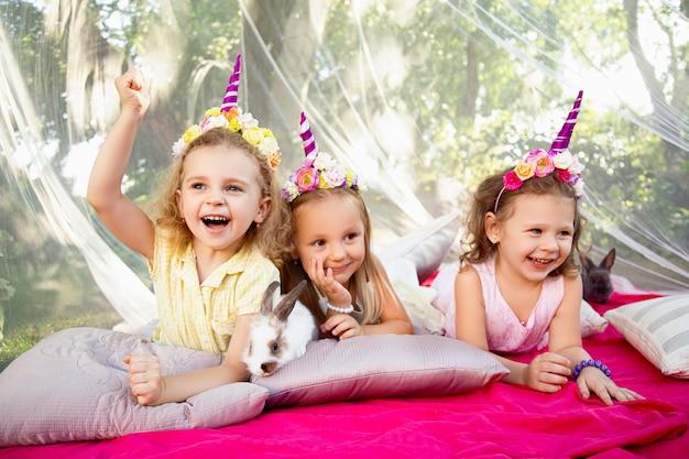 Trois Filles Heureuses Dans La Nature Avec Des Lapins Photo Premium