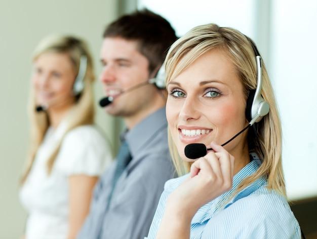 Trois hommes d'affaires travaillant avec des casques Photo Premium
