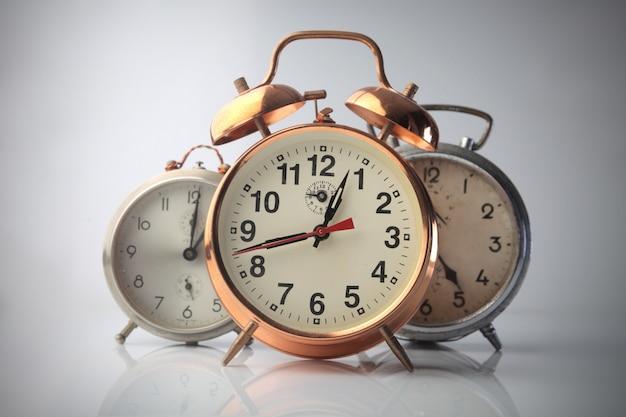 Trois horloges à retardement Photo Premium
