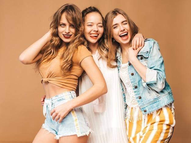 Trois Jeunes Belles Filles Souriantes Dans Des Vêtements Décontractés D'été à La Mode. Femmes Insouciantes Sexy Posant. Modèles Positifs Photo gratuit