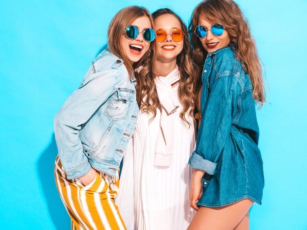 Trois Jeunes Belles Filles Souriantes En Robes Décontractées D'été à La Mode. Femmes Insouciantes Sexy Posant. Modèles Positifs Photo gratuit