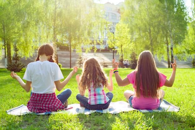 Trois jeunes filles faisant du yoga Photo Premium