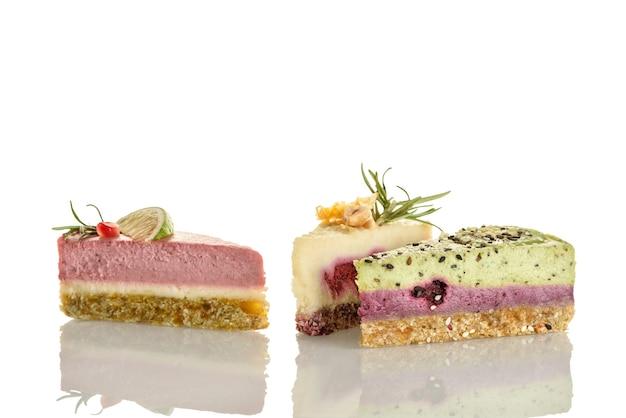 Trois Morceaux De Gâteau De Nourriture Crue Sur Fond Blanc. Photo Premium