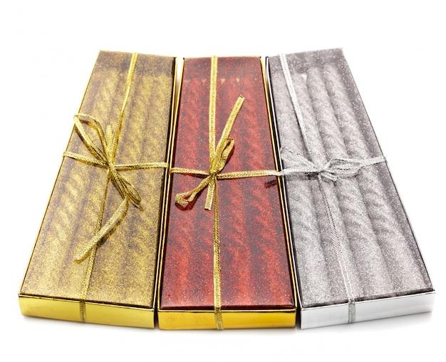Trois paquets de bougies de noël rouge, argent et or Photo Premium