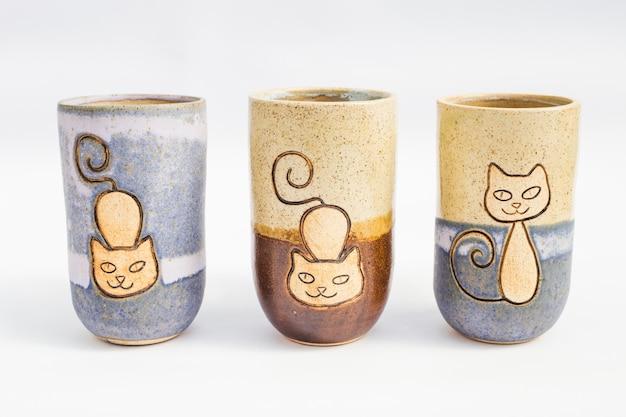 Trois pichets en céramique avec fond blanc Photo Premium