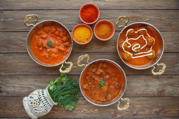 Trois plats d'accompagnement turcs avec de la viande, boulettes de viande à la sauce épicée dans des casseroles en cuivre Photo gratuit