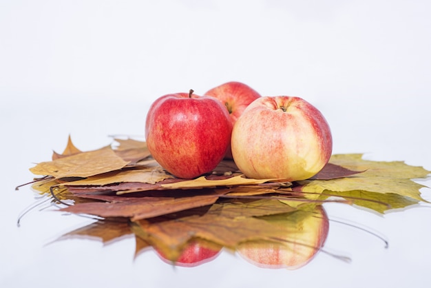 Trois Pommes Sur Table Avec Réflexion. Photo Premium