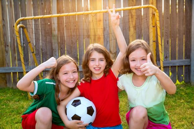Trois sœurs filles amis football football vainqueurs Photo Premium