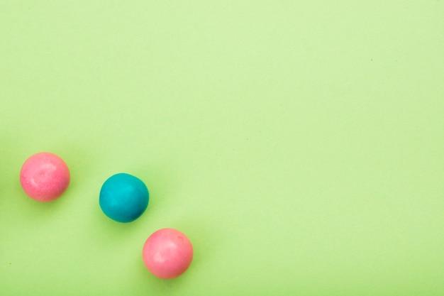 Trois sucreries différentes aromatisées sur table Photo gratuit
