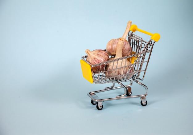 Trois Têtes D'ail Se Trouvent Dans Un Panier De Supermarché Photo Premium