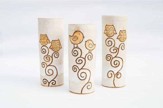 Trois vases en grès cérame avec fond blanc Photo Premium