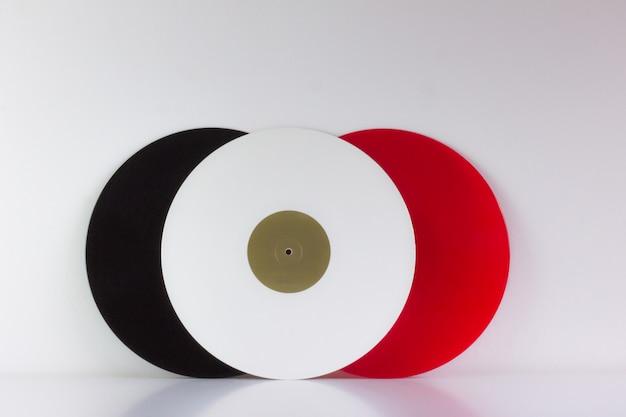 Trois vinyles, noir, rouge et blanc, sur blanc, avec des espaces blancs Photo Premium