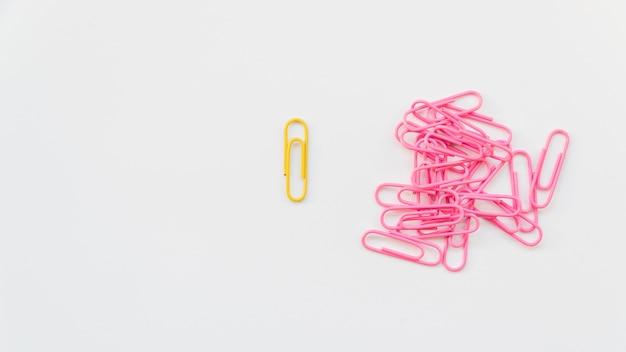 Trombone Jaune Séparé De La Pile De Rose Photo Premium