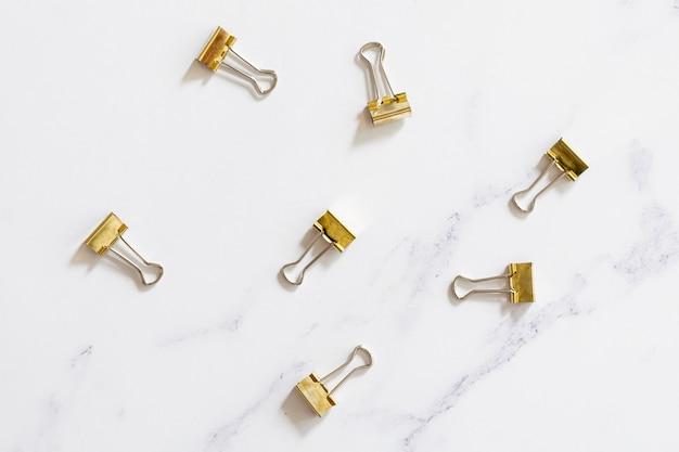 Trombones dorés sur fond uni Photo gratuit
