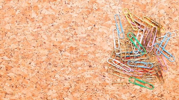 Trombones multicolores placés sur le bureau Photo gratuit
