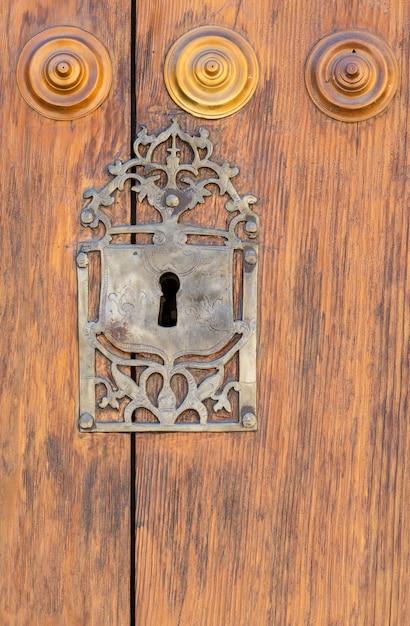 Trou de serrure dans une vieille porte en bois lambrissée; rouillé et patiné Photo Premium