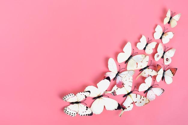 Troupeau de papillons sur fond rose Photo Premium