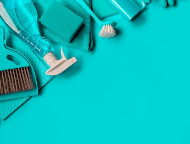 Trousse de ménage bleue pour le nettoyage de printemps. Photo Premium