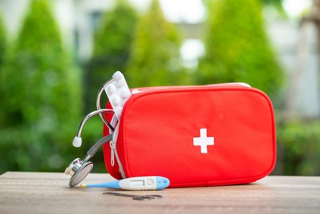 Trousse de premiers soins en plein air Photo Premium