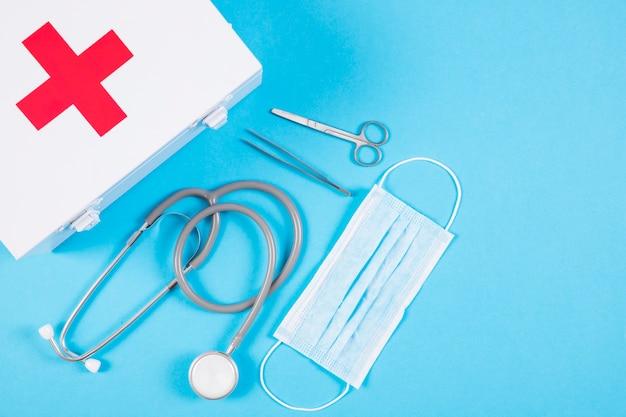 Trousse de premiers soins stéthoscope et blanc et équipement médical sur fond bleu blanc Photo gratuit