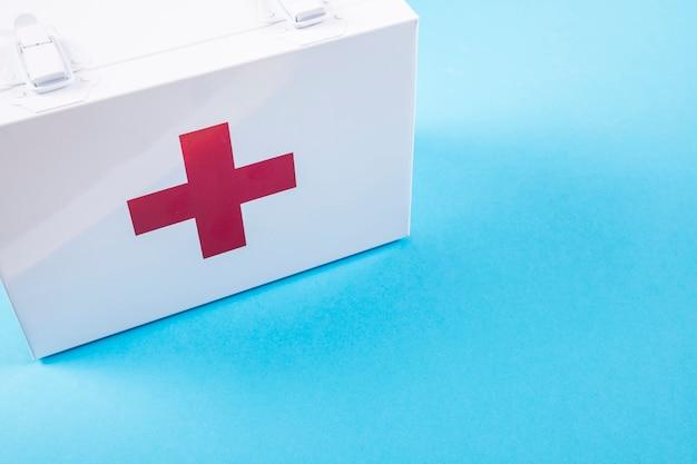 Trousse de secours blanche sur fond bleu Photo gratuit