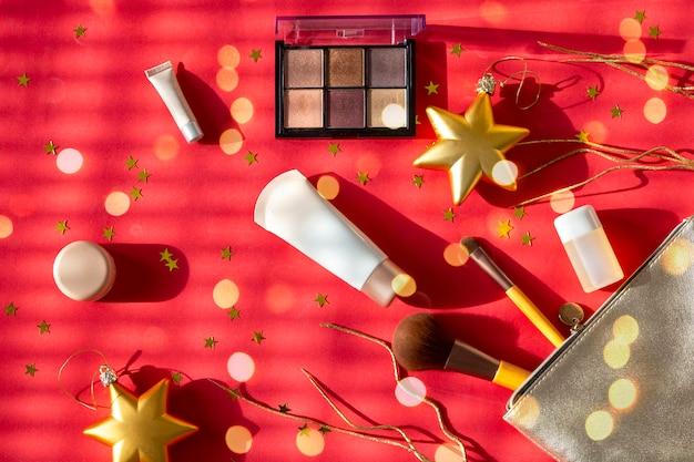 Trousse de toilette en argent avec maquillage, ombres à paupières, pinceaux pour le visage, crèmes et lotions Photo Premium