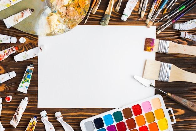 Des trucs d'art autour de la feuille de papier Photo gratuit