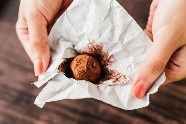 Truffe au chocolat à base de ganache au chocolat enrobée de chocolat, poudre de cacao. Photo Premium