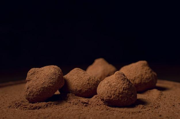 Truffes Au Café Au Chocolat Fond Noir Photo gratuit