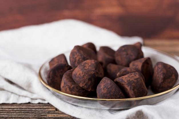 Truffes au chocolat dans un bol Photo gratuit