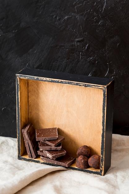 Truffes au chocolat et tablettes de chocolat Photo gratuit