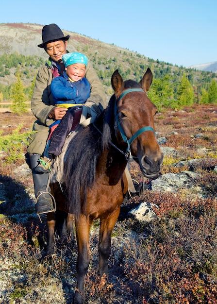 Tsaatan Ou Dukha (peuple Du Renne) Nomades Du Nord De La Mongolie. Photo Premium