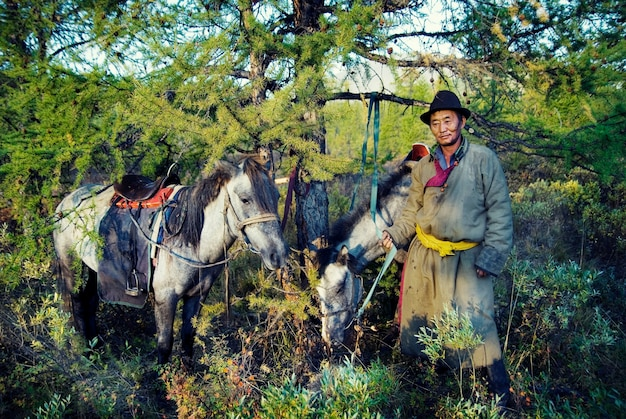 Tsaatan nomade ou dukha (peuple des rennes) du nord de la mongolie Photo Premium