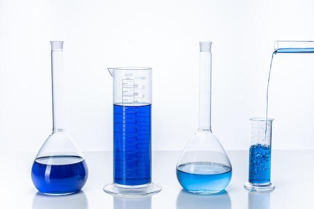 Tube à Essai Et Ballon Avec Un Liquide Bleu. Concept De Chimie Et De Laboratoire. Photo Premium