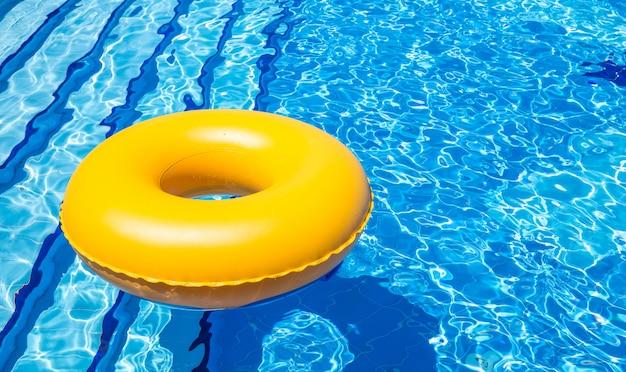 Tube intérieur de piscine Photo Premium