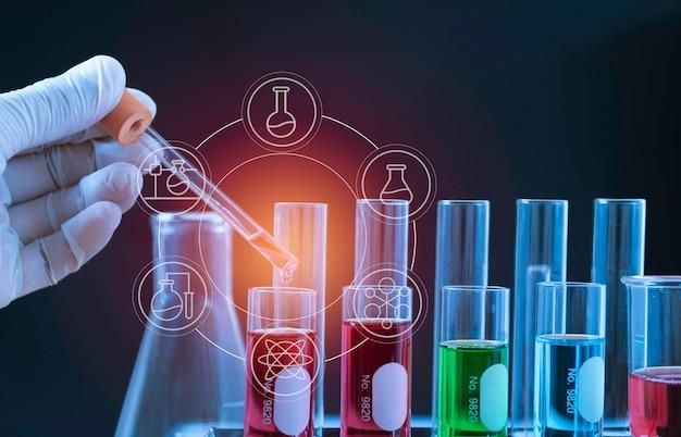 Tubes à essai chimiques de laboratoire en verre avec liquide pour concept de recherche analytique, médical, pharmaceutique et scientifique. Photo Premium
