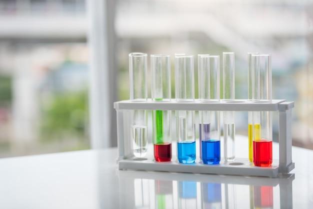 Tubes à essai avec produit chimique coloré sur la table Photo Premium