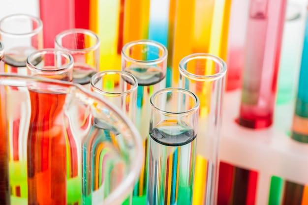 Tubes à essai avec des produits chimiques colorés se bouchent en laboratoire Photo Premium