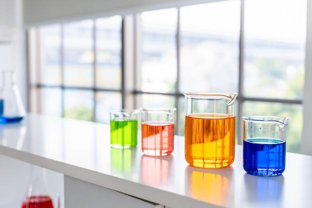 Tubes à Essai Avec Verrerie De Laboratoire Sur La Table En Laboratoire, Recherche Et Concept Scientifique Photo Premium