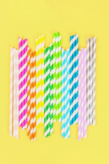 Tubes de papier de paille multicolores. vue de dessus Photo Premium