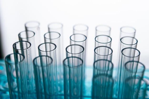 Tubes De Science Disposés Sur L'étagère Photo gratuit